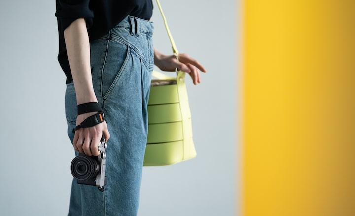 Zdjęcie stojącej osoby, która trzyma aparat