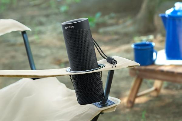 Głośnik SRS-XB23 wplenerze wuchwycie na kubek składanego fotela.