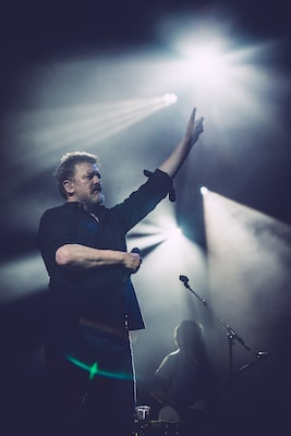 ter-neill-sony-alpha-7SII-guy-garvey-elbow-in-concert